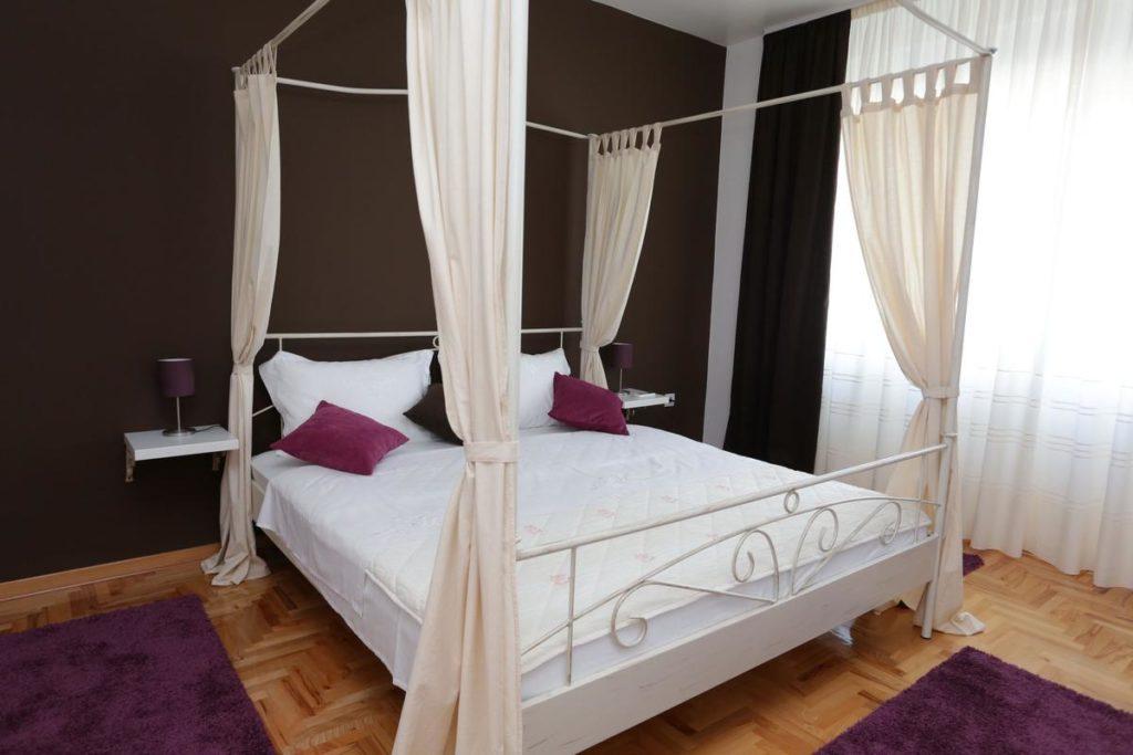 Bracni krevet sa baldahinima