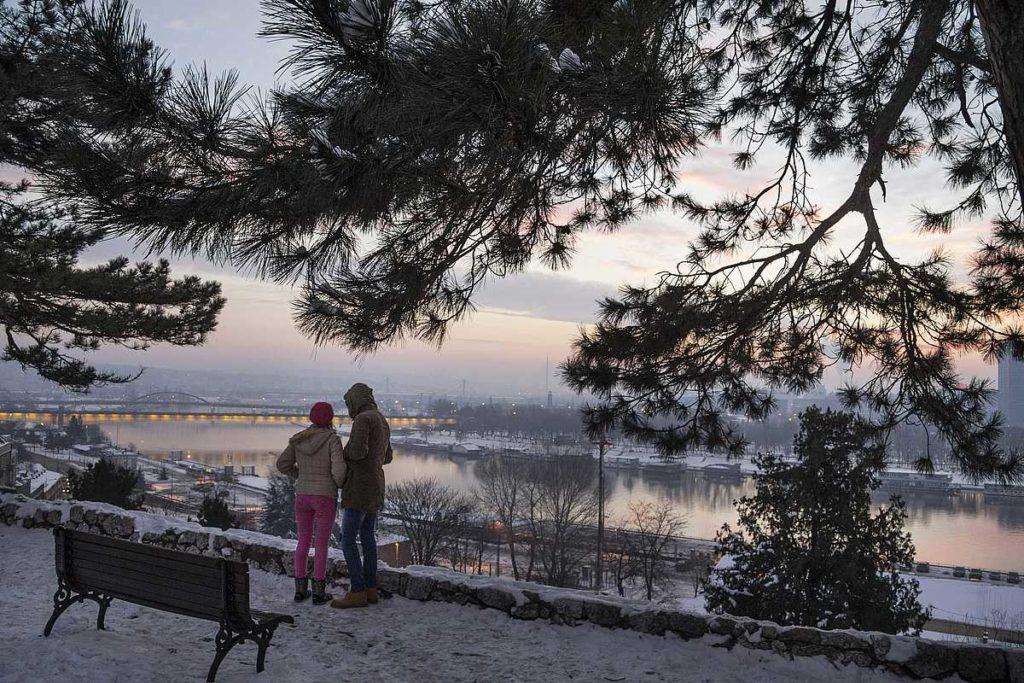 zaljubljeni par na kalimegdanu tokom zime