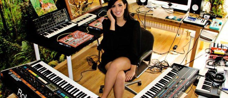 Devojka pored klavijatura
