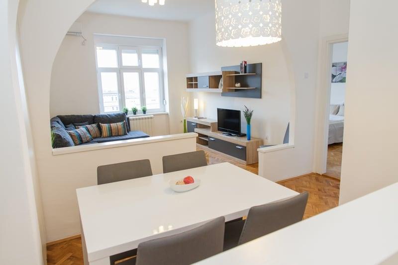 Beli trpezarijski sto