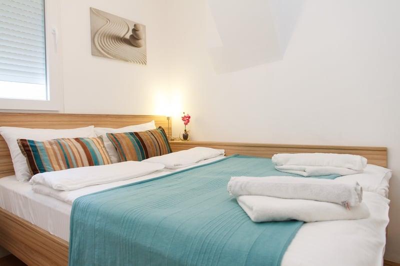 Bracni krevet sa plavim pokrivacem
