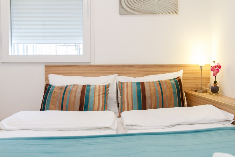 Sareni jastuci na krevetu