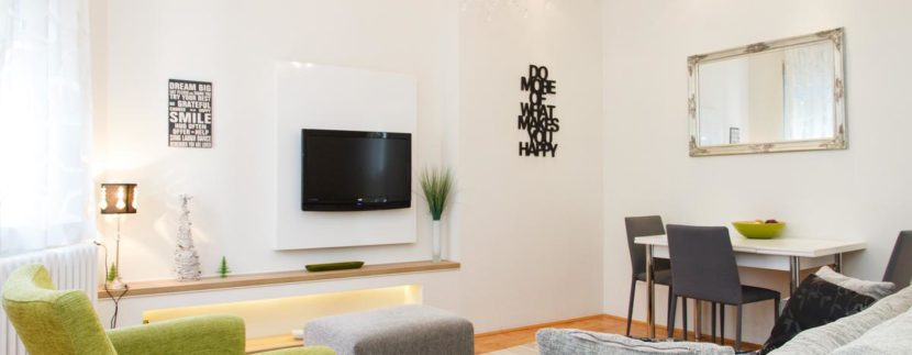 Crni tv na zidu