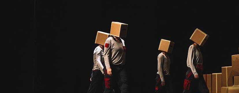 Ljudi sa kutijama na glavi